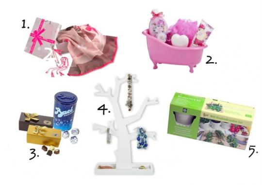 15321dd73b96b2 1. Pink Ribbon heeft een mooie cadeaubox samengesteld met een pareo sjaal,  twee pink armbandjes en een Pink Ribbon tassenhanger.